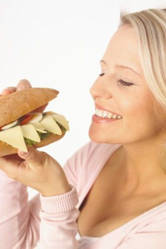 Araşidonik asit: Yaşamsal önem taşıyan bu yağ asidi, ette veya bitkisel besinlerde yer almıyor.  Nelerde bulunuyor?  Yumurta ve peynirde bolca yer alıyor. Sütte ve yoğurtta da az miktarda bulunuyor.  Nasıl etki ediyor?  Böbrek, idrar kesesi ile yumurtalıklarda yer alan ve kontrol altında tutamadığımız kaslar üzerinde olumlu etkisi var. Mide asidinin salgılanmasında ve enfeksiyon gelişiminin önlenmesinde etkili olan prostaglandin hormonunun oluşumunu sağlıyor